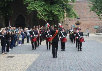 Brandweerorkest marcherend onder de Dom